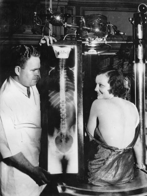 Filmová hvězda Judith Allen s radiovým snímkem svých zad kolem roku 1930.