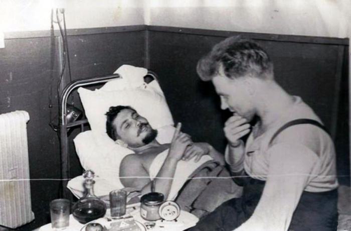 Leonid Rogozov po operaci žertuje se svými kolegy na základně.