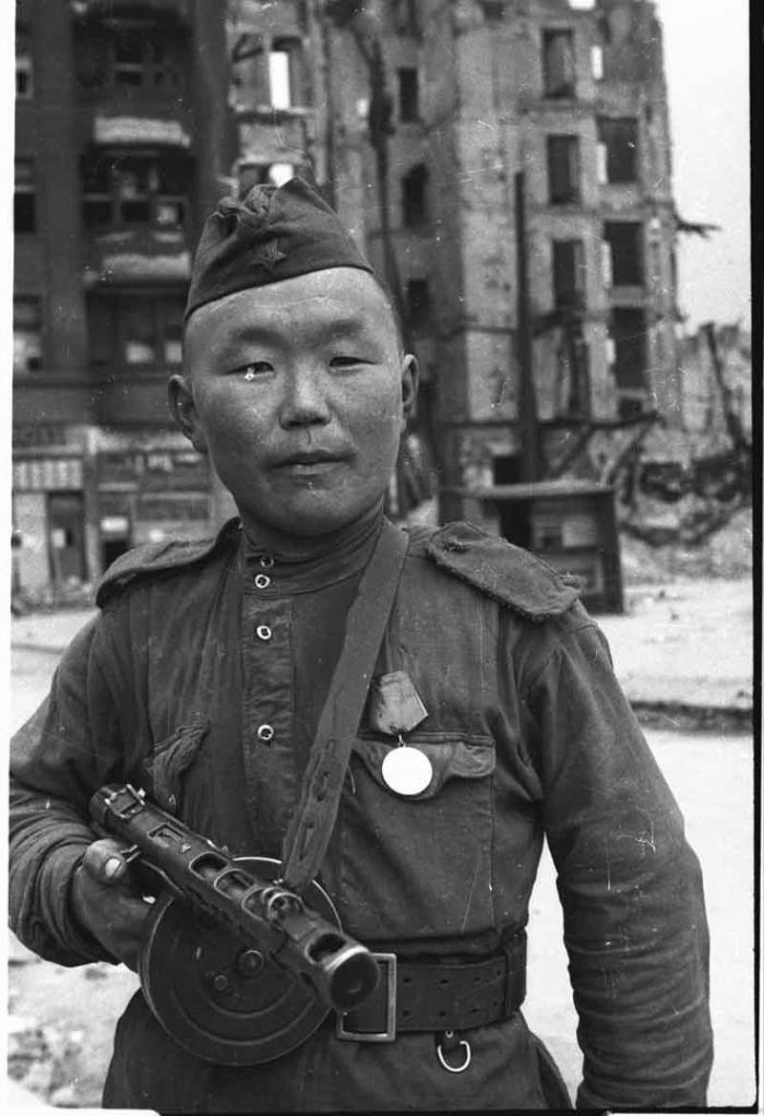 Sovětský voják, podle Pacnera Rus. Pro něj jsou všichni Rusové, včetně Stalina.