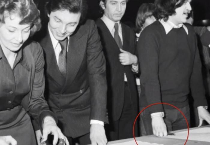 Ringo Čech vedle Karla Gotta nad textem Anticharty. Drží pero, ale nepodepisuje.