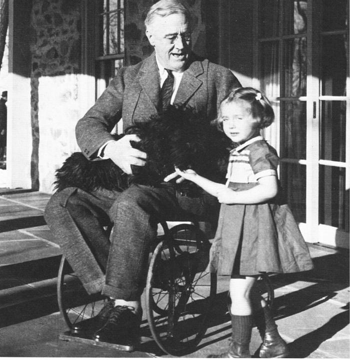Významný státník Franklin Delano Roosevelt nemohl chodit, protože měl obrnu. Bezvýznamný státník Miloš Zeman nemůže chodit, protože chlastá.