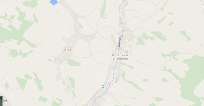 """Dvě typické vesnice v Podkrkonoší (ilustrační obraz, zmiňovaný dům tam nestojí). Všimněte si sevřené zástavby podél potoků – vlevo i vpravo zůstává volná krajina bez solitérního osídlení. Dokud nějakého pitomce nenapadne, že si na úřadech vydupe """"samotu""""."""