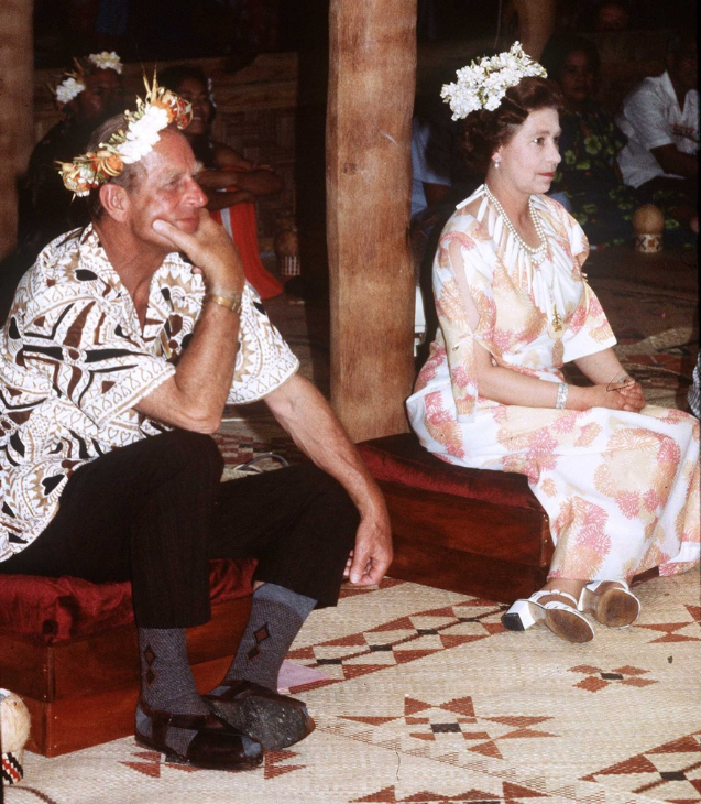27. října 1982 při návštěvě jihopacifického ostrova Tuvalu – na hlavách voňavé věnce z místní vzácné odrůdy jasmínu.