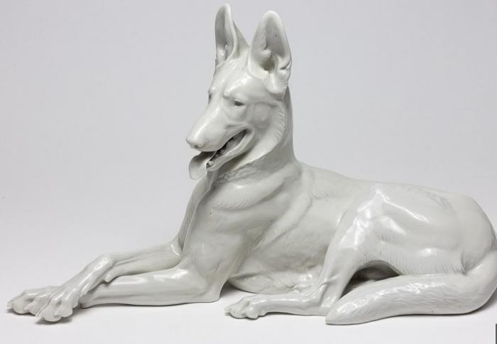 Porcelánová soška psa, kterou nejspíše vyrobili vězni z koncentračního tábora Dachau.