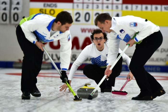 Zkušenosti z curlingu můžete zúročit při úklidu domácnosti.
