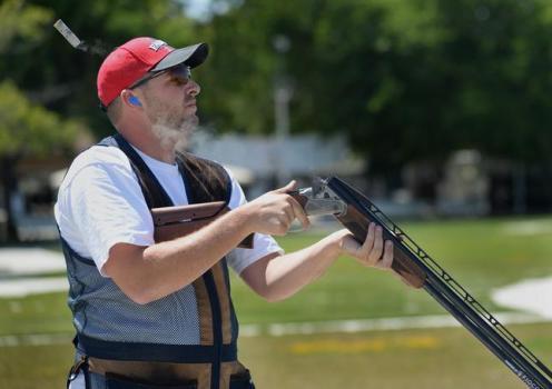 Sportovní střelba na betonové holuby je něco jako turnaj v souložení s nafukovací pannou.