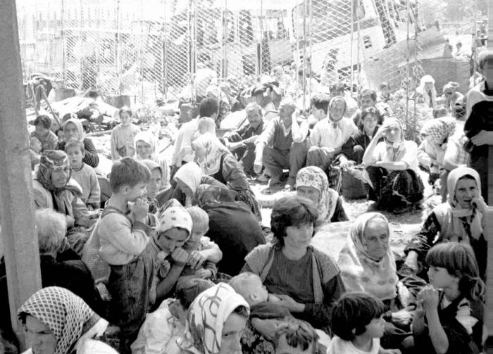 Srebrenické ženy a děti v jednom z uprchlických táborů. Zatímco ony hladověly, jejich manželé a synové byli nedaleko bez milosti popravováni.