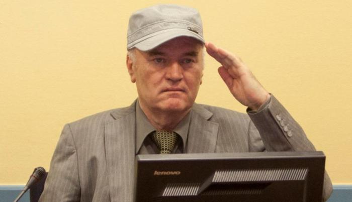 Srbský generál Ratko Mladić je jedním z mála lidí zodpovědných za masakr, kteří ještě nebyli odsouzeni. Lze ale očekávat, že si vyslechne verdikt o doživotním trestu.