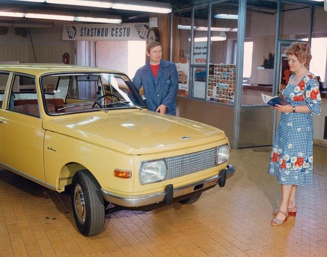Symboly socialismu: automobil Wartburg, trvalá a šaty z dederonu (1982)