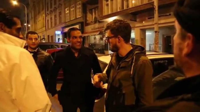 Reportér publicistické série Praha vs. Taxi vysvětluje turistům, o kolik jsme je zase obrali