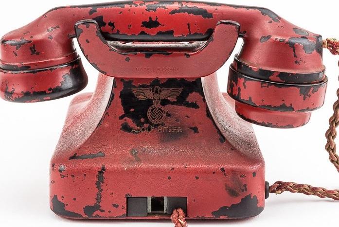 Hitlerův červený telefon věnovali po pádu Berlína v roce 1945 sovětští vojáci britskému brigádnímu generálovi Ralphu Raynerovi, který se jako jeden z prvních vysokých spojeneckých důstojníků dostal do Hitlerova štábu vrchního velení.