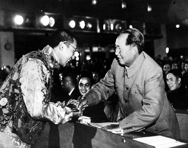 Tady si ještě s Mao Ce-tungem s úsměvem potřásal rukou. Dál se ale nedostali. Čína si Tibet nárokuje dodnes.