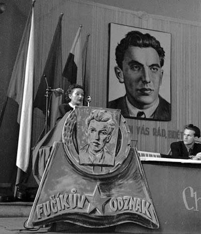 Gusta Fučíková hovoří o díle Julia Fučíka na svazácké konferenci Fučíkova odznaku v Liberci (prosinec 1950).