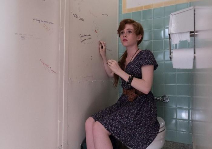 Výkon patnáctileté Sophie Lillisové, která si zahrála hlavní dívčí hrdinku Beverly Marshovou, je asi nejlepší z celého filmu a věrně vystihuje knižní předlohu své postavy.