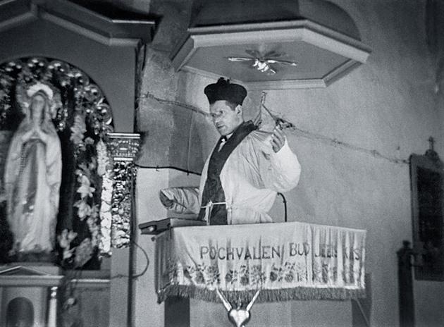 V kostele v Číhošti došlo k zázraku, který stál faráře Toufara život. Nyní je v kostelní kryptě pohřben.