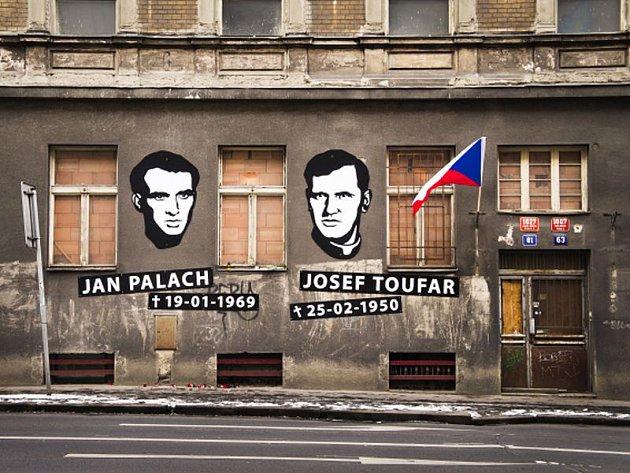 Na stejném místě v Legerově ulici zemřel Josef Toufar i Jan Palach. Budova bývalého sanatoria nyní chátrá a je opuštěná, památník obětí komunismu je tak jen symbolický.