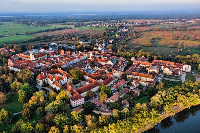 Jaké štěstí, že existuje české město, kde horizont neruší: mosty, dálnice, komíny, větrné elektrárny, doly, lomy, dráty, paneláky, satelitní sídliště, továrny, haly atd.