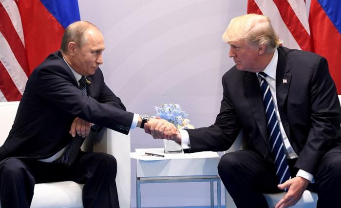 Trump se poprvé sešel s Vladimírem Putinem. Jako dva nejlepší přátelé, za které bývají označováni, ale rozhodně nepůsobili.