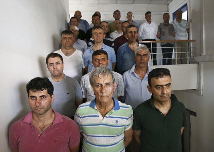 Zbití zatčení vůdci puče v čele s generálem Akınem Oztürkem. Těm nyní od Erdoğana hrozí znovuzavedení trestu smrti a poprava.
