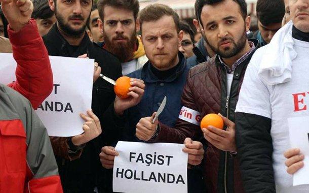 Když se Holandsko ozvalo, že turecká agitace na jeho území přesáhla únosné meze, v zemi žijící Turci jasně ukázali, na čí straně jsou.
