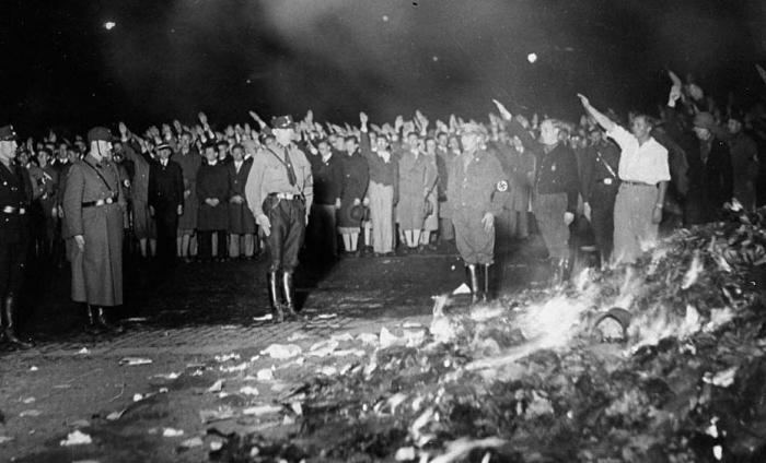 Nacisté počátkem 30. let pálí knihy. Mezi nimi i knihu Heinricha Heineho, která předpovídá, co bude následovat.