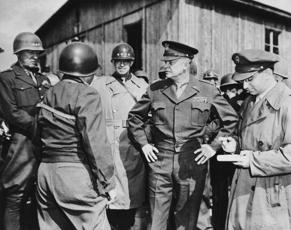 Prezident Eisenhower ještě jako generál osobně navštívil koncentrační tábory a povolal do nich zástupy fotografů a dokumentaristů, aby mohl v budoucnu zavřít pusu popíračům holokaustu. Dobře udělal.