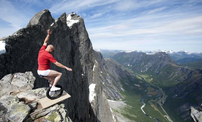 Balancování na hraně v Norsku. Ty bílé kraťasy nejsou nejvhodnější, ale když má pro strach uděláno ...