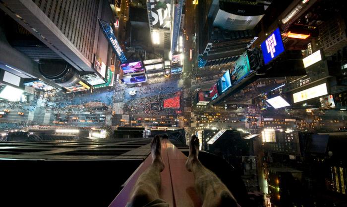 Times Square, New York. Podobný zážitek jsem zažil na balkóně třináctipatrového věžáku v Chodově u Sokolova.