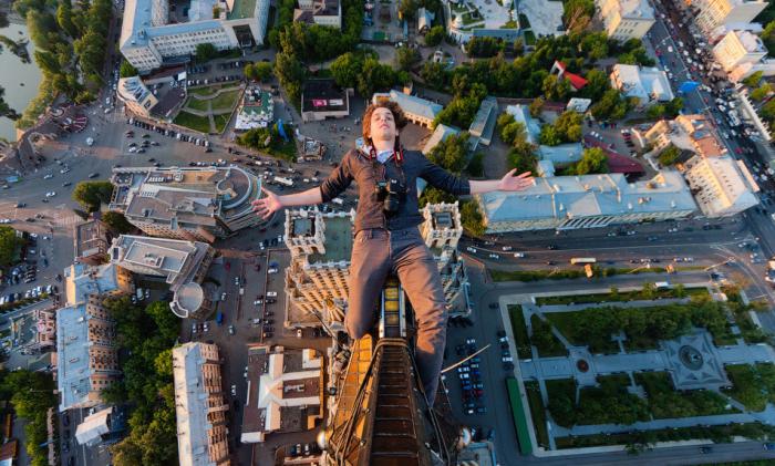 Poležení na vrcholové hvězdě jednoho z moskevských mrakodrapů postavených ve stylu stalinské gotiky. Vitalij Raskalov a Saša Remnov jezdí po celém světě a všude vlezou a lezou.