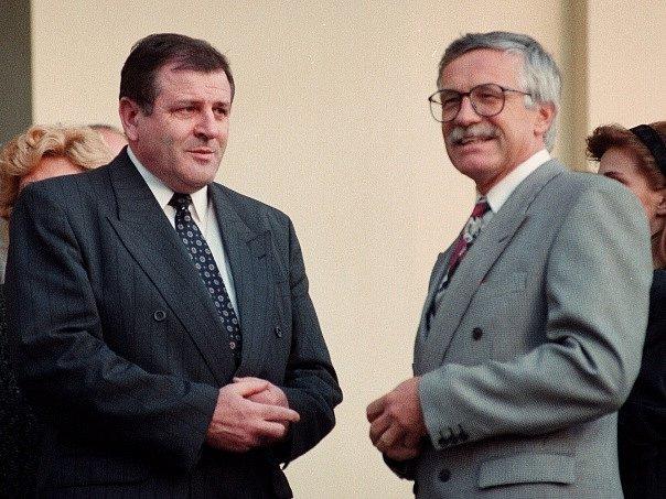 I první vláda Václava Klause zvolená ještě za Československa, která převzala moc v nově založené České republice poté, co se Klaus se svým slovenským protějškem Vladimírem Mečiarem dohodl na rozdělení zemí, vydržela 4 roky.