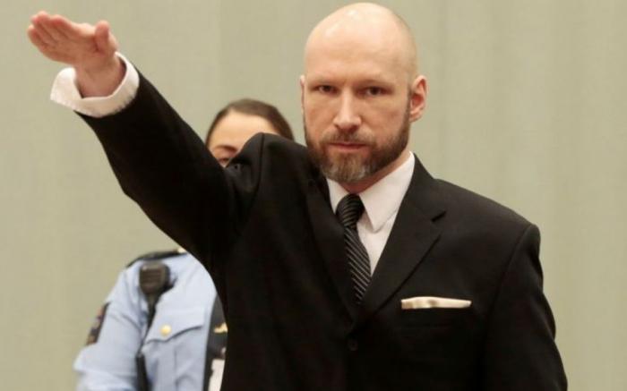 Breivik rukou naznačuje, jak vysoko by skákal radostí, kdyby ho Zeman omilostnil.