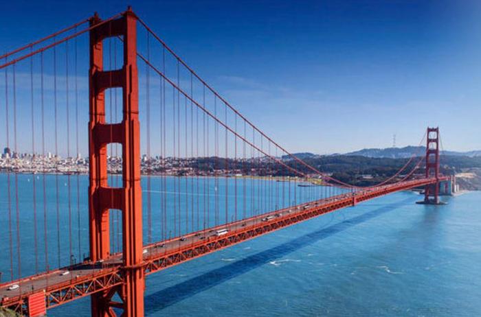 Svůj život skončil Roy Raymond na pokraji bankrotu skokem z mostu Golden Gate Bridge.