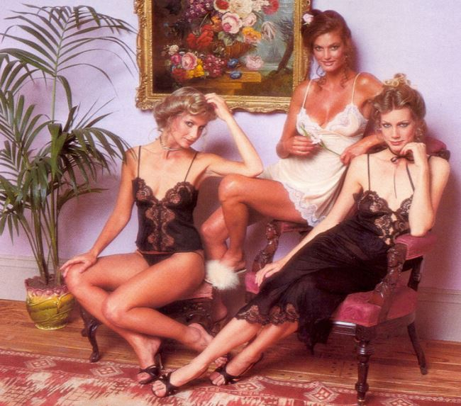 Retrofotka z katalogu Victoria's Secret z roku 1979. Jméno Victoria v názvu nepatří žádné ženě, ale odkazuje na viktoriánský styl vybavení původních prodejen.