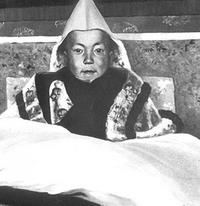 Tenhle malý chlapeček je vtělením třináctého dalajlámy a čeká ho trnitá, ale krásná cesta vůdce Tibeťanů.