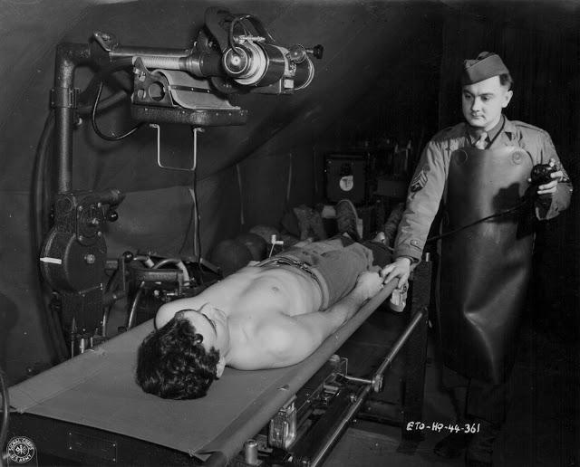 Rentgen pomáhal i za války zraněným vojákům! Na snímku americký lékař během druhé světové války rentgenuje zraněného vojáka - 1942.