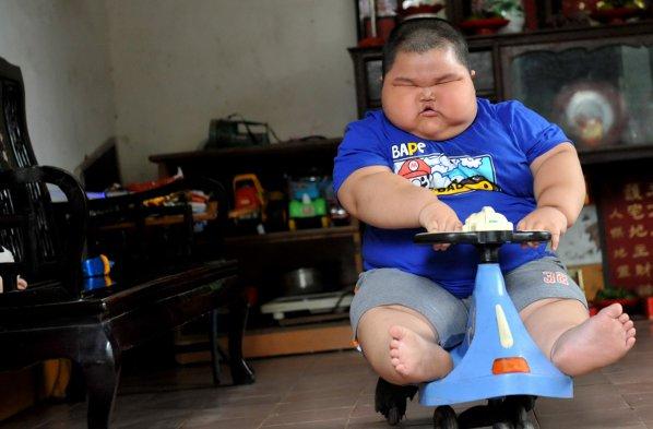 Když jsme dávali mladýho k babičce, vážil 18 kg. Když nám ho po čtrnácti dnech babička vrátila, váží 80 kg a navíc je z něho Číňan.