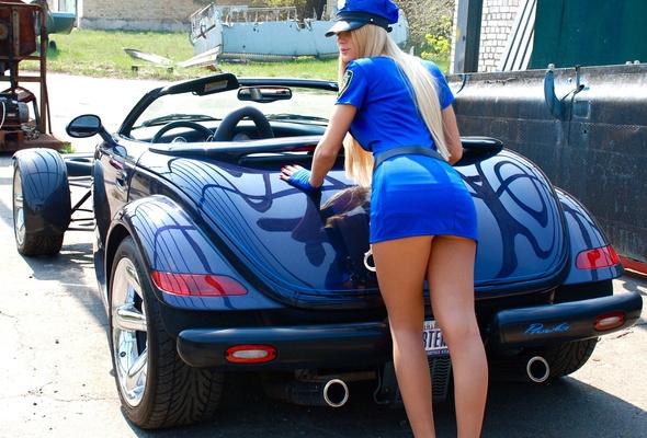 Čím lepší auto máte, tím dříve k němu přijde nějaká rajda v sexy hadrech a začne se po něm válet