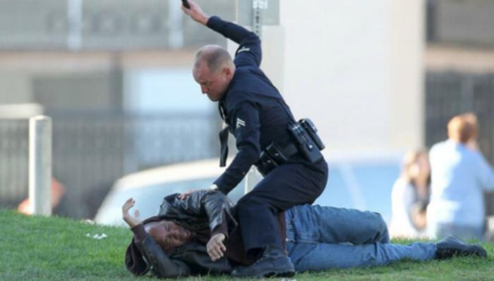Módní policista napomíná muže, kterému kalhoty neladí s barvou pleti