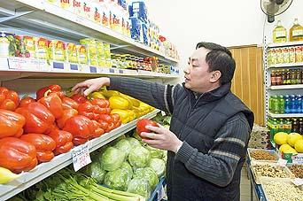 Pan Chu z brněnské večerky bourá stereotypy. On žádnou trávu nepěstuje. Je poctivý obchodník, který prodává padělané papriky.