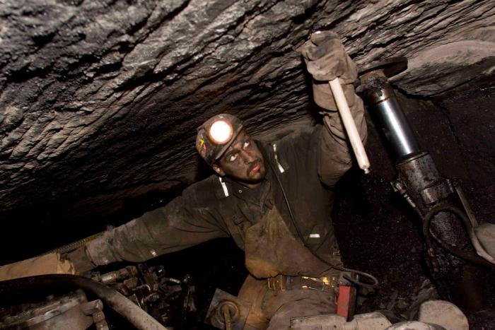 Pokud vám z nějakého důvodu chybí před barákem kupa uhlí, není nic jednoduššího, než si ho jít o dovolené vytěžit do dolu