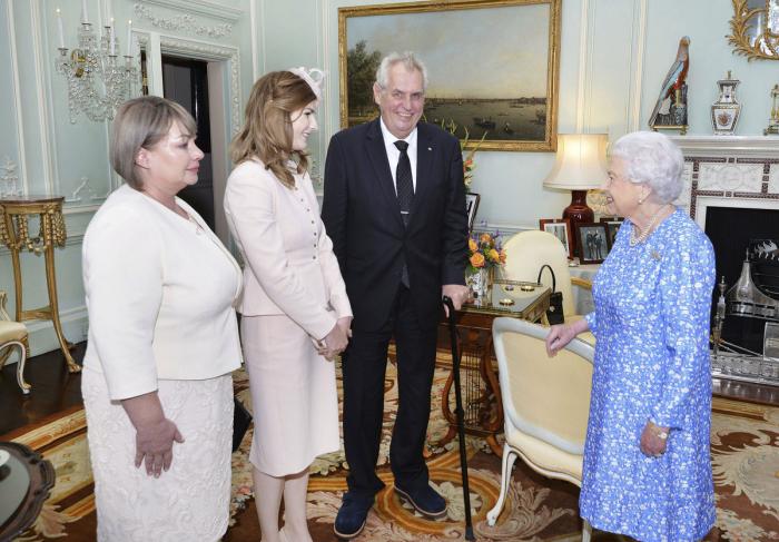 Člověku je až stydno, když vidí svého prezidenta servilně se předvádět před monarchou, zvláště když máme v paměti jeho verbální útoky na téma degenerace šlechticů