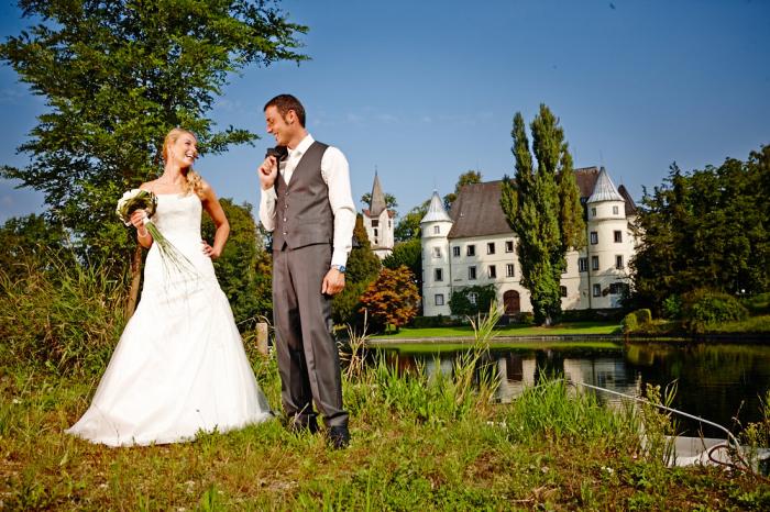 Nejen v Česku, ale i v zahraničí je obliba svateb na zámcích. Ale nikde není tak oblíbený a nikde nepředstavuje tak silný statusový symbol jako v rovnostářském Česku