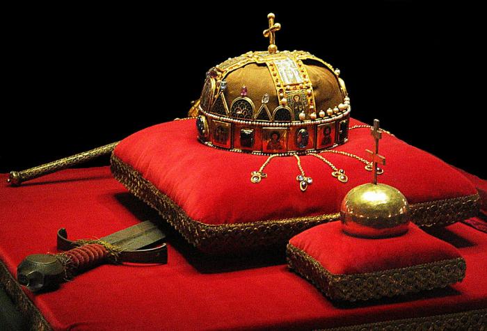 Korunu svatého Štěpána můžete kdykoliv spatřit v maďarském parlamentu. Ale tu českou? Ach ne, tu jen jednou za uherský rok. Jak smutné!