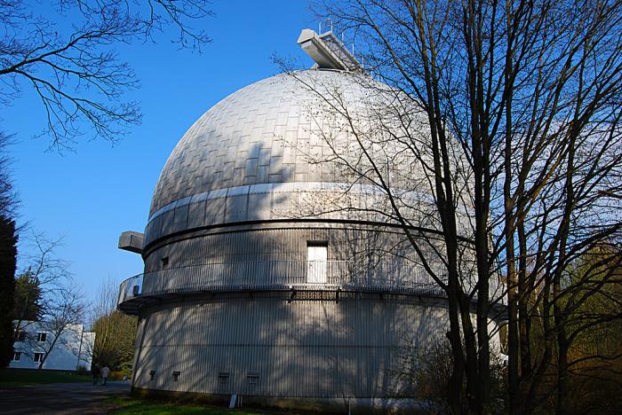 Sluneční observatoř na kopci Žalov nad Ondřejovem kousek od Prahy.