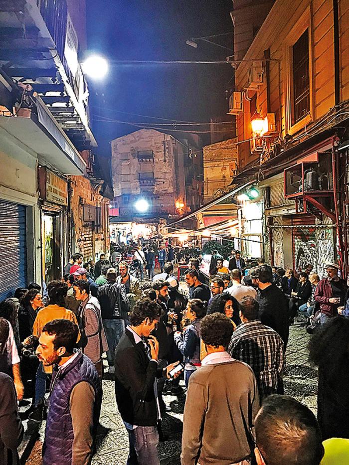 Noční život v Palermu – desítky barů a stánků s pouličním jídlem.