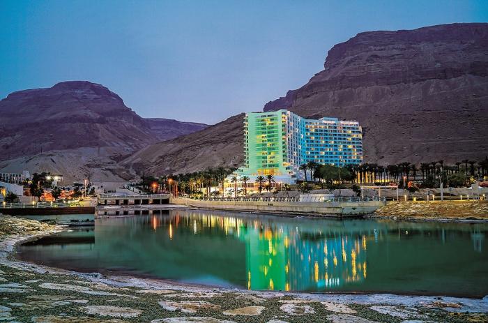 Ejn Bokek, lázeňský hotelový komplex na břehu Mrtvého moře.