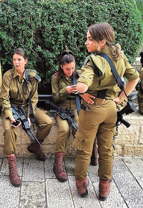 Muži rukují do armády na tři roky, ženy na dva. Izraelské ženy jsou i díky této zkušenosti emancipované, sebevědomé a rázné a také vstřícné.
