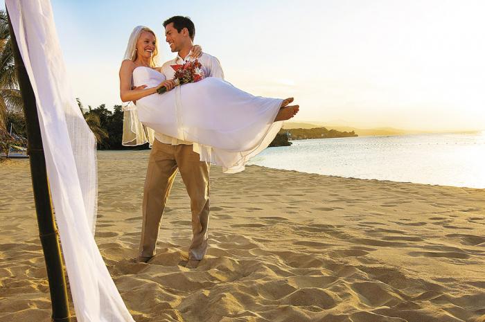 Teď se ještě smějí, ale až budou při svatební noci vysypávat písek ze spodního prádla, brzy je přejde.