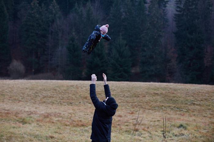 Dítě letí, směje se, otec bezpečně chytá. Velká lekce z důvěry.