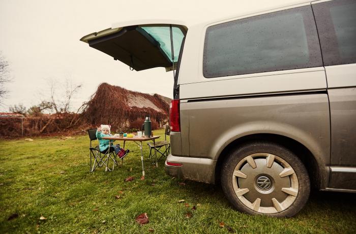 Dodávka, obytný vůz nebo větší auto. Ideální způsob cestování s dětmi.